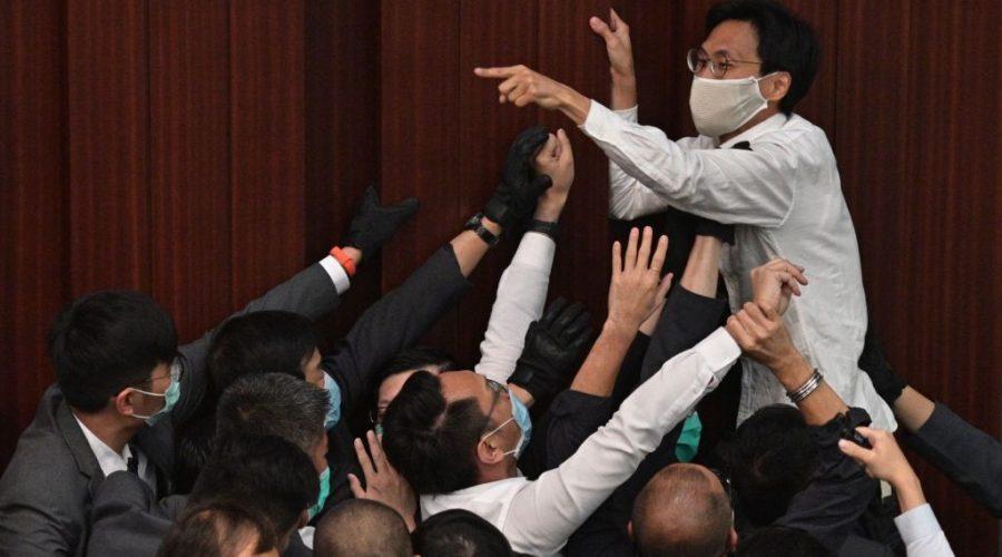 Prodemokratický zákonodárce Eddie Chu Hoi-dick křičí na Legislativní radě v Hongkongu 8. května 2020. (Anthony Wallace / AFP prostřednictvím Getty Images)