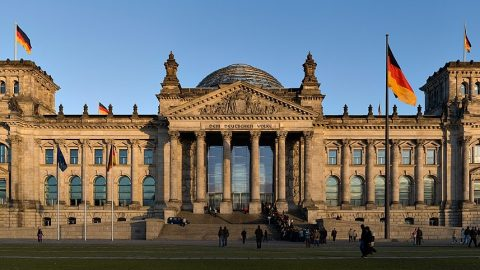 Německo: Spolkový sněm schválil novelu zákona opotírání infekčních chorob, odpůrci protestují
