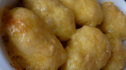 Recept: Zapečené brambory sčesnekem asýrem