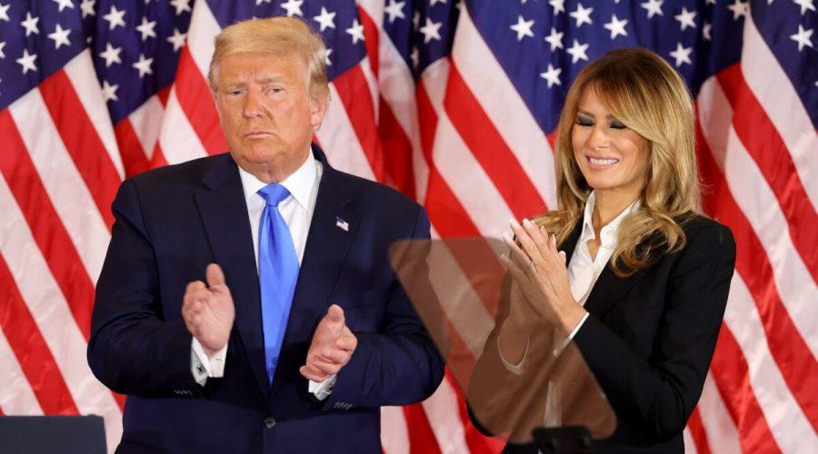 Prezident Donald Trump a první dáma Melania Trumpová vystupují na volební noci ve východní místnosti Bílého domu ve Washingtonu začátkem 4. listopadu 2020. (Chip Somodevilla / Getty Images)