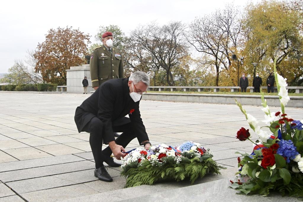 Ministr obrany Lubomír Metnar pokládá věnec k uctění památky Dne veteránů. (Michal Voska / army.cz)