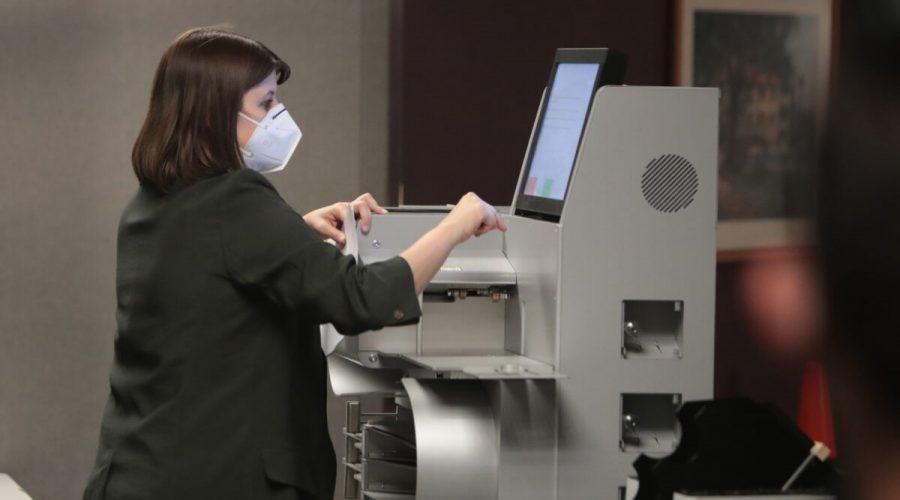 Výkonná ředitelka volební komise, zjišťuje počet zaslaných hlasovacích lístků z hlasovacího zařízení v Milwaukee ve státě Wisconsin, 20. listopadu 2020. (Scott Olson / Getty Images)
