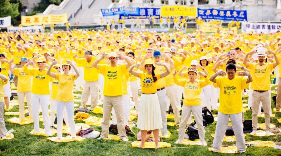 Příznivci meditační praxe Falun Gong se 20. června 2018 účastní shromáždění vyzývajícího k ukončení násilných represí v Číně na Capitol Hill ve Washingtonu, USA. (Edward Dye / The Epoch Times)
