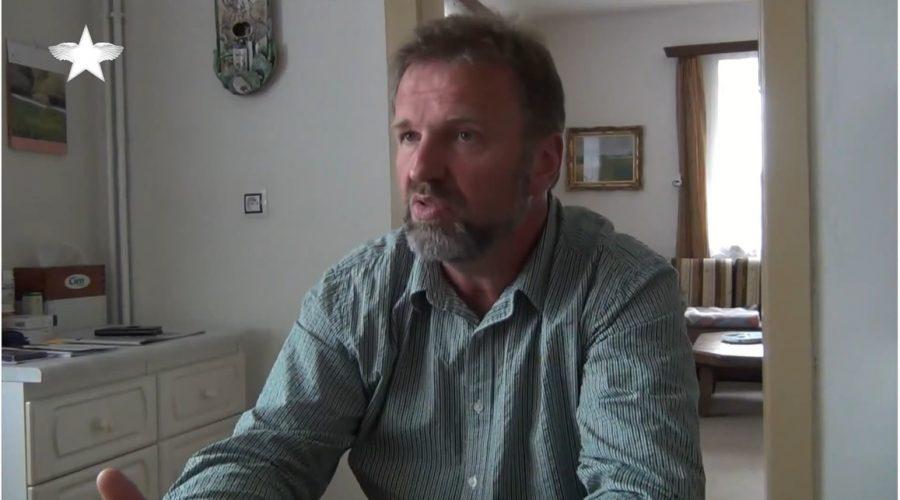 Farář Rudolf Špaček během rozhovoru s televizí Ve hvězdách. (Screenshot / YouTube)