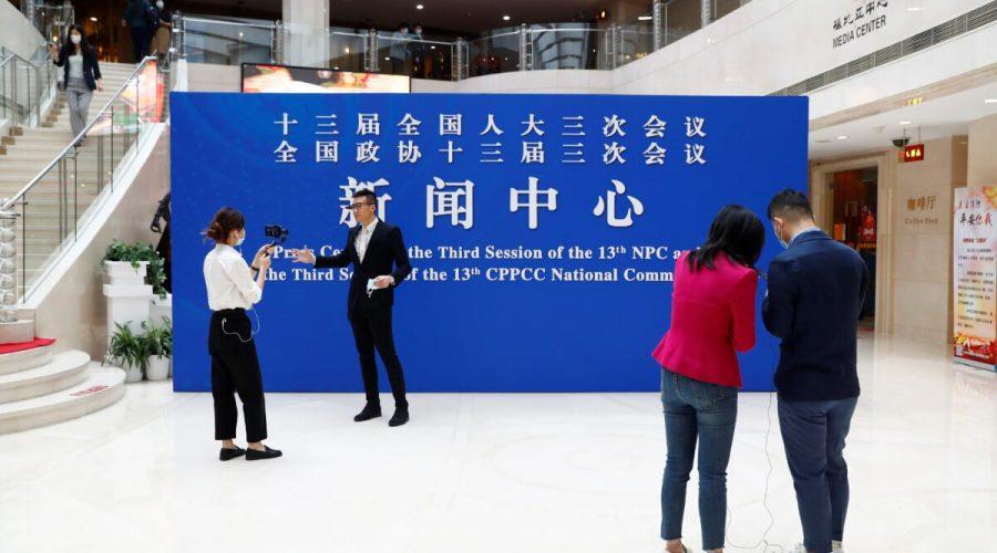 Novináři v mediálním centru v Pekingu 20. května 2020. (Thomas Peter - Pool / Getty Images)