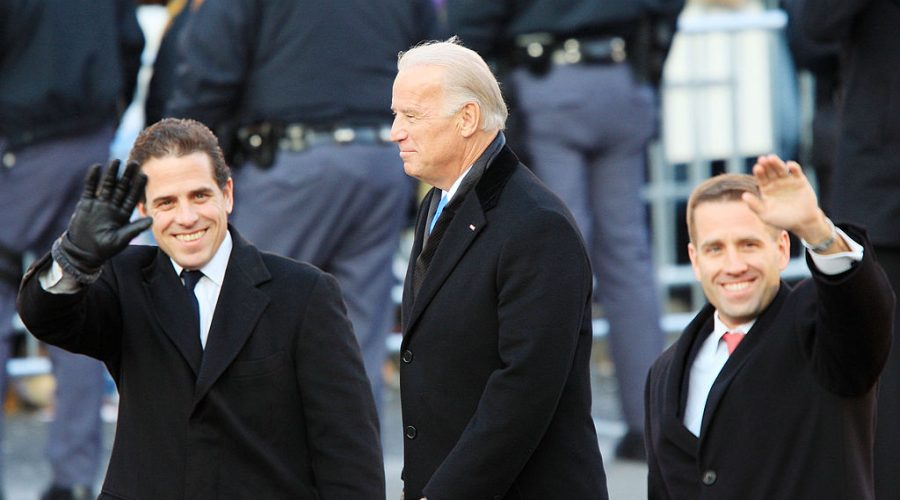 Bývalý americký viceprezident Joe Biden a jeho synové Hunter Biden (nalevo) a Beau Biden ve Washingtonu 20. ledna 2009. (David McNew / Getty Images)