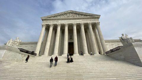 Stát Texas obvinil čtyři státy uNejvyššího soudu zprotiústavních změn volebních zákonů. Žalobu podpořilo dalších 17 států USA