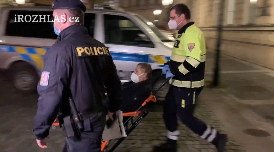 Záchranná služba odváží soudce Vrchním soudu v Praze Zdeňka Sováka, který zkolaboval po zatčení policií. (Screenshot / Youtube)