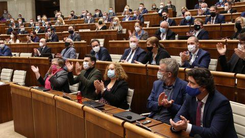 """Slovenský parlament odsoudil """"nemorálnost aprotiprávnost režimu založeného na komunistické ideologii"""""""