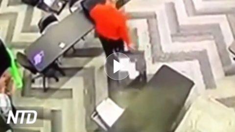 """Videozáznamy zachytily zaměstnance, kteří vnočních hodinách (bez dozoru) vybalují """"kufry"""" shlasovacími lístky ascanují je"""