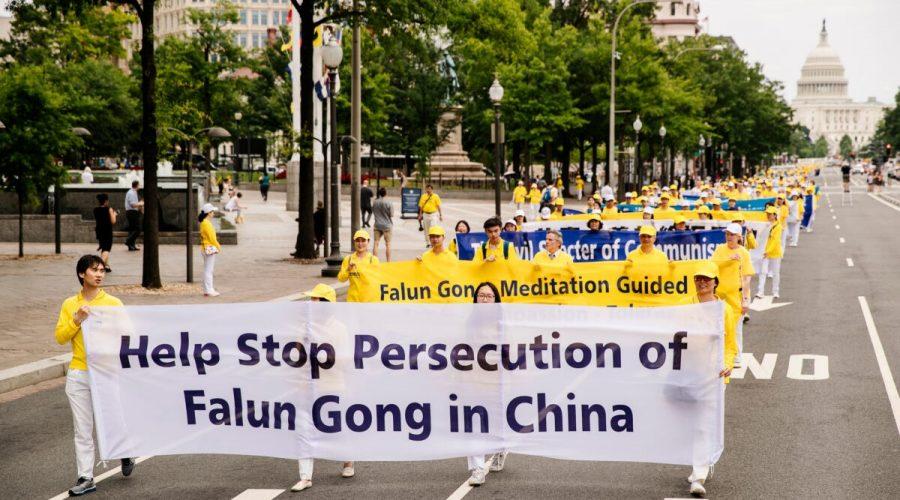 Příznivci Falun Gongu se účastní velkého pochodu ve Washingtonu 20. června 2018. Místní příznivci metody i ti, kteří do USA emigrovali z Číny, vyzývají k ukončení násilných represí v Číně. (Edward Dye / Epoch Times)