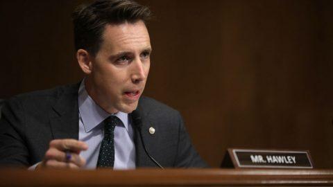 """Senátor Hawley plánuje zpochybnit výsledky voleb: """"Někdo musí povstat"""""""
