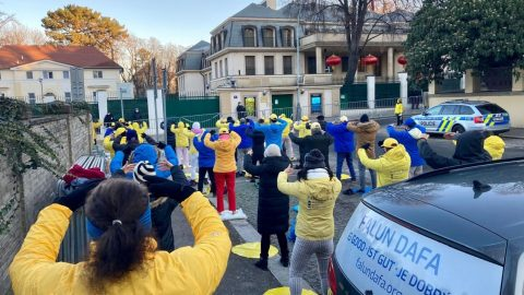 Novoroční protest před čínskou ambasádou vPraze