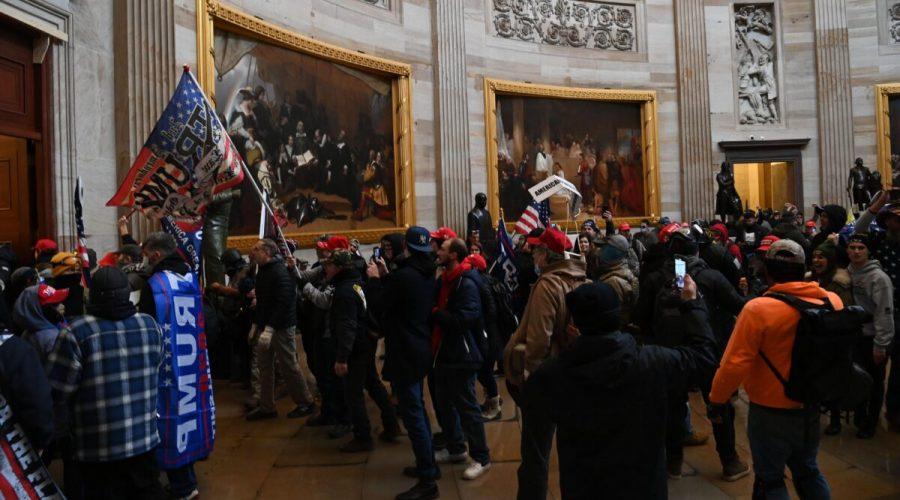 Demonstranti vstupují do americké kapitolské rotundy ve Washingtonu 6. ledna 2021. Podle posledních zpráv byly mezi lidmi, kteří do Kapitolu vtrhli členové hnutí Antifa, Black lives metter, ale i příznivci prezidenta Trumpa. (Saul Loeb / AFP přes Getty Images)