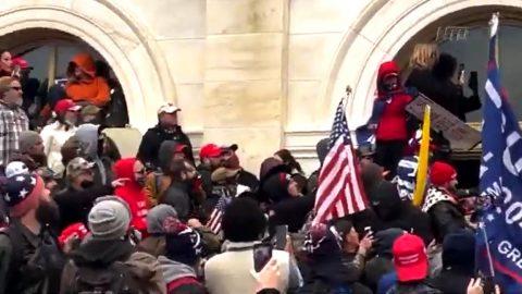 """Video: Trumpovi příznivci zastavují členy """"Antifa"""", aby nerozbíjeli okna Kapitolu"""