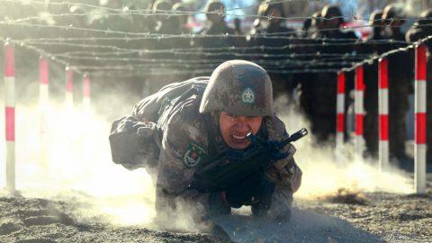Čína vybavuje helmy vojáků sebedestrukčními tlačítky