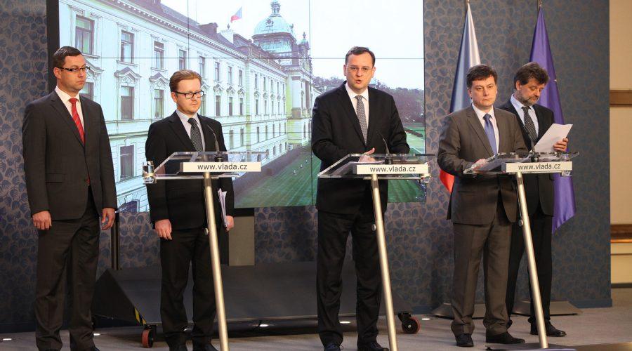 JUDr. Pavel Zeman (vlevo) na zasedání vlády premiéra Petra Nečase. (CC BY 2.0)
