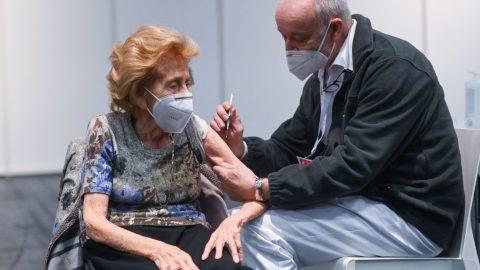 Senioři umírají ipoočkování. Lékaři tvrdí, že vakcína zabírá až podruhé dávce, souvislost mezi očkováním ainfekcí vylučují