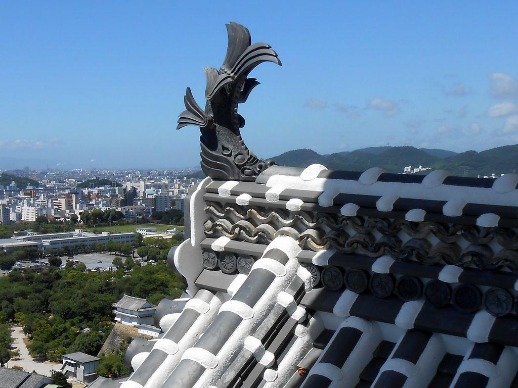 Bájný tvor z japonské mytologie – šačihoko – je ryba s tváří tygra. Jako dekorace na střeše má chránit budovu před ohněm. (himejijo-jpn.info)