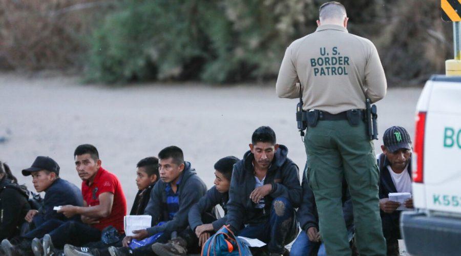 Skupina ilegálních imigrantů je zadržena pohraniční stráží po přechodu z Mexika do Yumy ve státě Arizona. 12. dubna 2019. (Charlotte Cuthbertson/The Epoch Times)