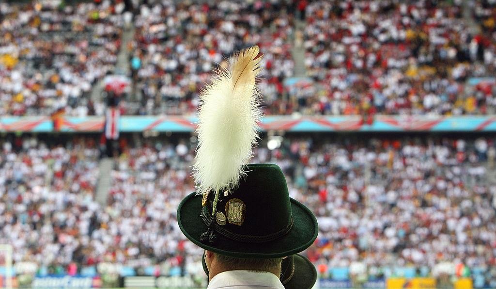 Šohaj s kloboukem zdobeným peřím.