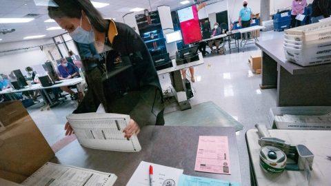 Arizona: Senát nařídil ruční přepočítání 2,1 milionu hlasů zprezidentských voleb 2020 vokrese Maricopa