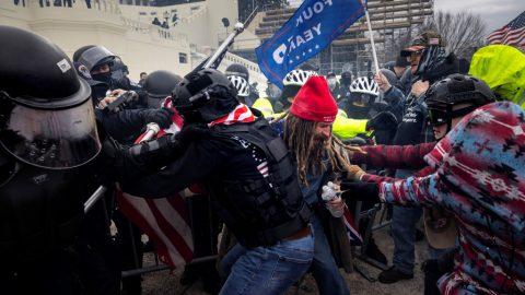 FBI rozdělila protestující před Kapitolem do tří různých skupin, říká šéf úřadu Wray