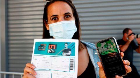 Stovky tisíc Britů podepisují petici proti digitálnímu očkovacímu průkazu