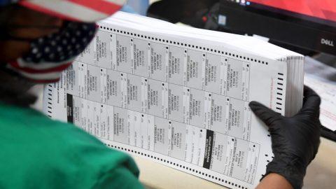 USA: Soudce nařídil nové volby, shledal 78% poštovních hlasovacích lístků jako neplatných, notářka zatčena