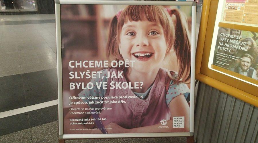 Propagační plakáty s logem Hlavního města Prahy a Pražské integrované dopravy. (Milan Kajínek / Epoch Times)