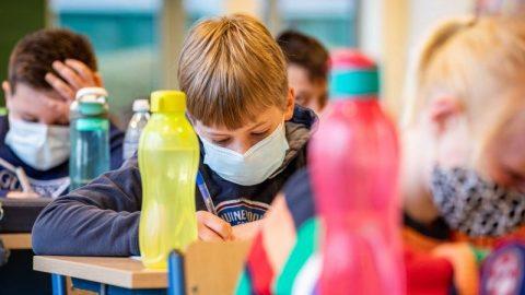 Povinnost dětí nosit roušky způsobí větší škodu než užitek, říká profesor medicíny ze Stanfordu