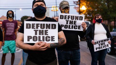 Většina Američanů je znepokojená anti-policejní rétorikou – průzkum veřejného mínění