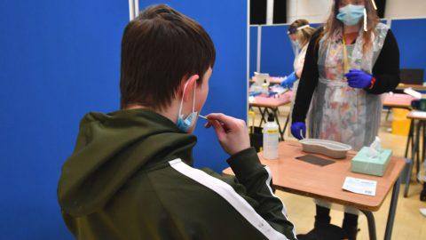 Testováno ve školách na covid-19 bylo přes 500 tisíc žáků azaměstnanců, pozitivních byly pouhé stovky