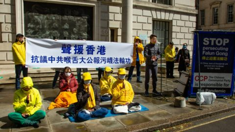 Čínský režim spustil vHongkongu očerňující kampaň proti meditační praxi Falun Gong. Protesty před deníkem Ta Kung Pao