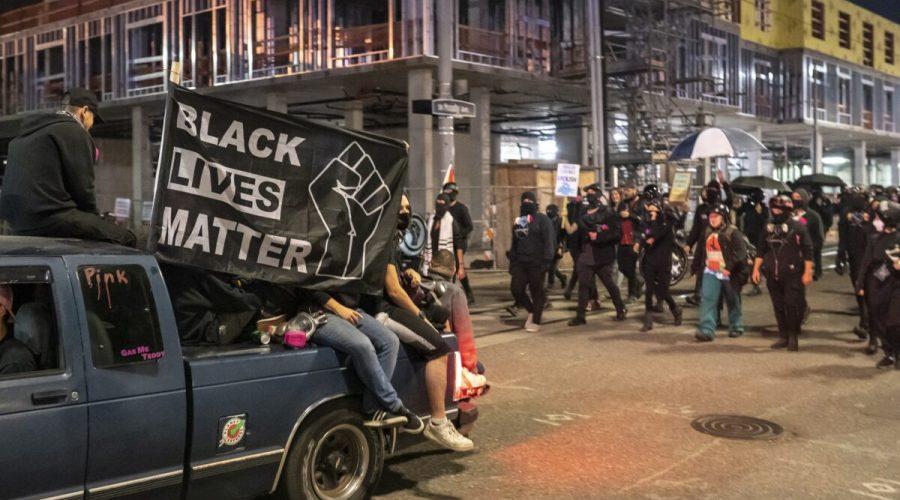 Aktivisté protestující proti policii pochodují v Portlandu ve státě Oregon. Akce nakonec přerostla ve výtržnosti. 6. října 2020. (Nathan Howard / Getty Images)