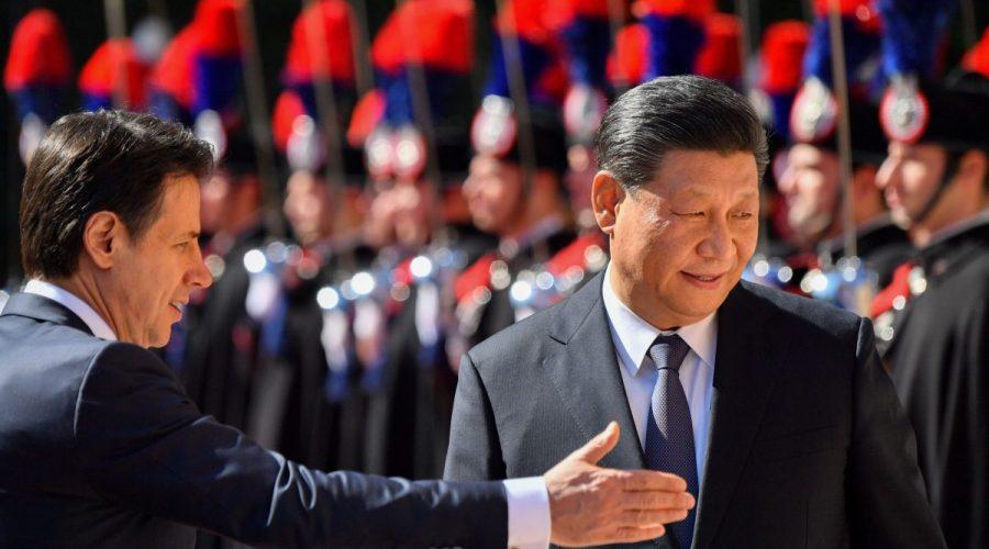 Italský premiér Giuseppe Conte a čínský vůdce Si Ťin-pching během uvítacího ceremoniálu ve Villa Madama v Římě, 23. března 2019. (Alberto Pizzoli / AFP / Getty Images)