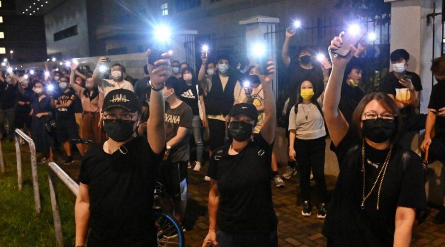 Příznivci hongkongských novin Apple Daily mávají na znamení solidarity světly mobilních telefonů před sídlem novin v Hongkongu 23. června 2021. (Sung Pi-lung/The Epoch Times)