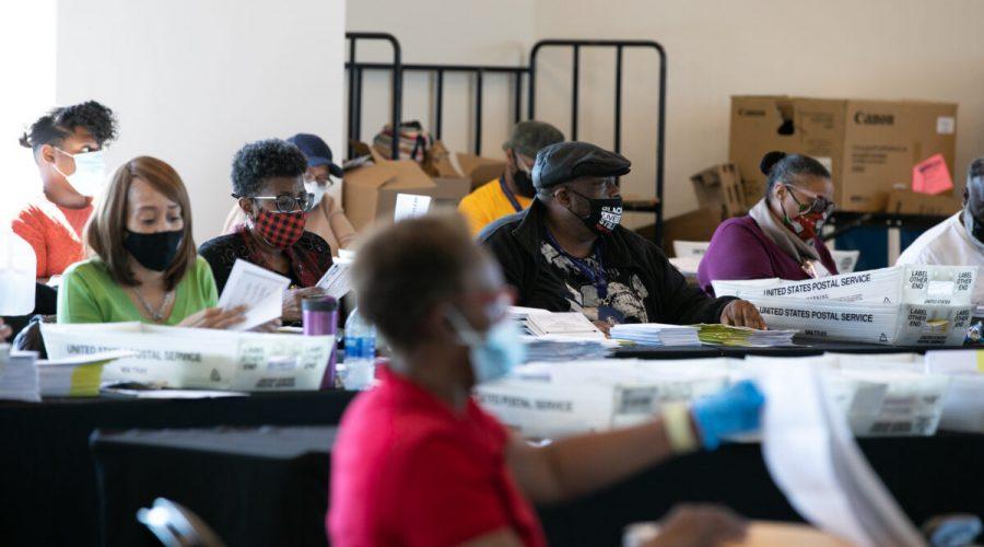 Volební pracovníci sčítají hlasy v okrese Fulton ve State Farm Areně v Atlantě, 4. listopadu 2020. (Jessica McGowan / Getty Images)
