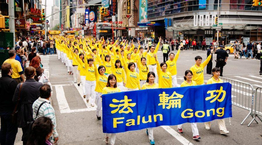 Přibližně 10 000 příznivců meditační praxe Falun Gong pochoduje v průvodu u příležitosti světového dne Falun Dafa v New Yorku 13. května 2016. (Edward Dye/Epoch Times)