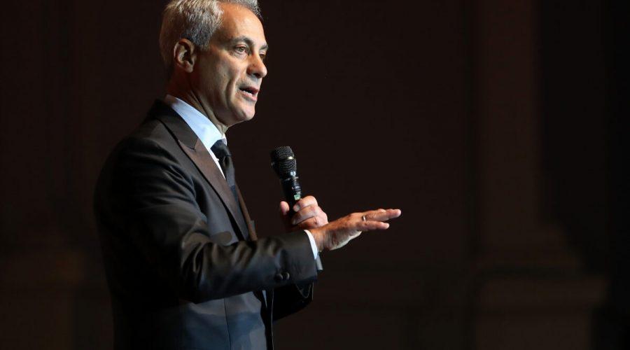 Tehdejší starosta Chicaga Rahm Emanuel promlouvá k posluchačům během Laver Cup Gala v tanečním sále Navy Pier v Chicagu 20. září 2018. (Matthew Stockman / Getty Images for The Laver Cup)
