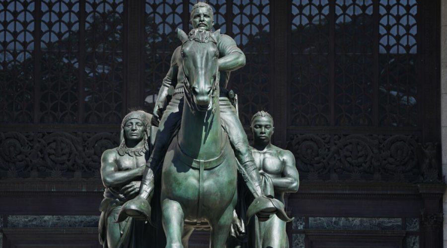Jezdecká socha Theodora Roosevelta před Americkým přírodovědným muzeem u vchodu v New Yorku, 22. června 2020. (Timothy A. Clary / AFP via Getty Images)