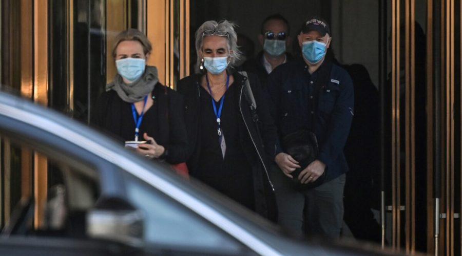 (Zleva doprava) Thea Fischerová, Marion Koopmansová, Peter Daszak a další členové týmu Světové zdravotnické organizace (WHO), který zkoumal původ pandemie covidu-19, opouštějí 29. ledna 2021 hotel Hilton Wuhan Optics Valley ve Wu-chanu. (HECTOR RETAMAL / AFP via Getty Images)