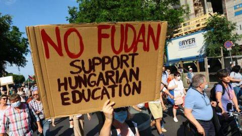 """Maďarská """"pravicová"""" vláda na líbánkách sČínou: protesty proti kampusu Fudan vBudapešti"""