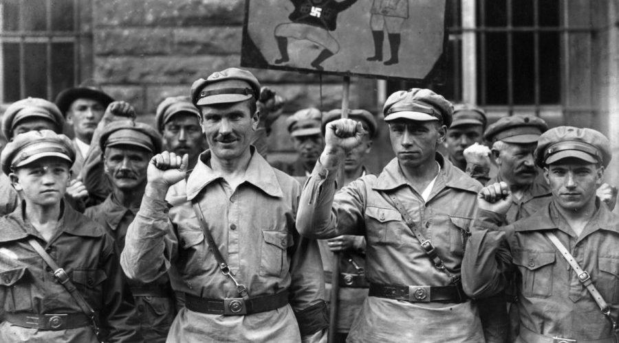Členové krajně levicové extremistické organizace Antifa zdraví zaťatou pěstí, 1. září 1928. Původním záměrem skupiny bylo vyvolat v Německu komunistickou diktaturu. (Fox Photos / Getty Images)