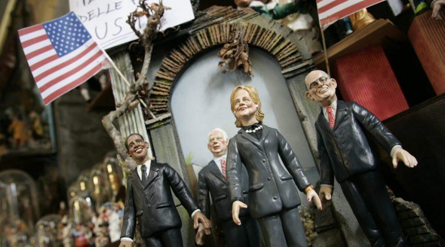 Detail figurek amerických politiků a kandidátů na prezidenta USA v roce 2008, (zleva) Baracka Obamy, Johna McCaina, Hillary Rodham Clintonové a Rudolpha Giulianiho, vystavených v obchodě v italské Neapoli 14. listopadu 2007. (Salvatore Laporta / Getty Images)