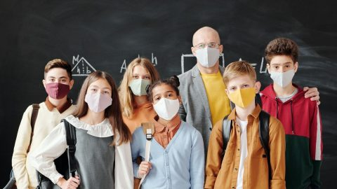 Metodický přehled odborných studií: Nošení respirátorů může mít pro dospělé iděti řadu nežádoucích účinků (MDPI)