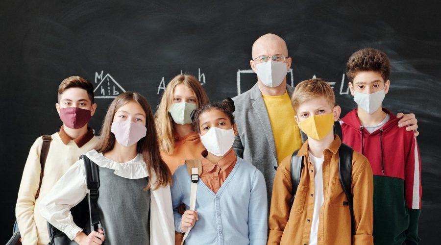 Metodický přehled odborných studií: nošení respirátorů může mít pro dospělé i děti řadu nežádoucích účinků (MDPI). (Max Fischer / Pexels)