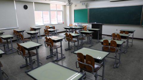 Plošné omezení středních škol vkvětnu bylo nezákonné, rozhodl Nejvyšší správní soud