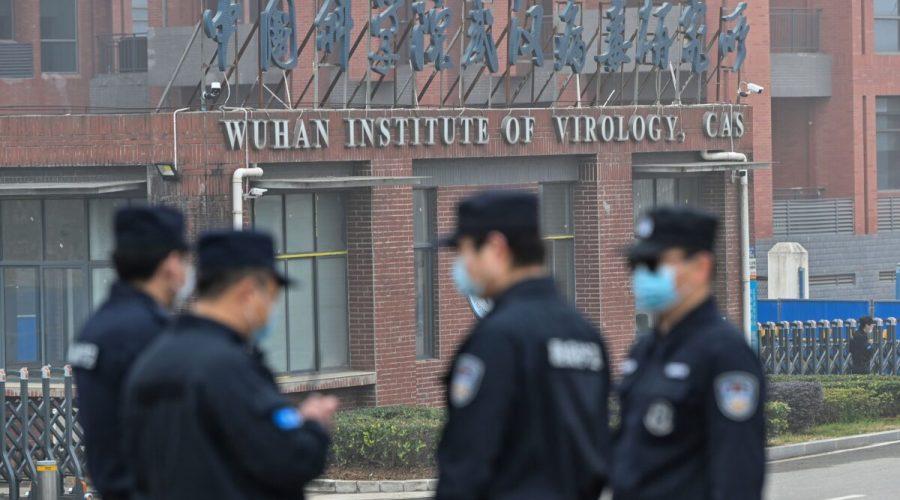 Pracovníci ostrahy stojí na stráži před Wuchanským institutem virologie, kde 3. února 2021 navštívili institut členové týmu Světové zdravotnické organizace (WHO), který zkoumá původ covidu-19. (Hector Retamal /AFP via Getty Images)