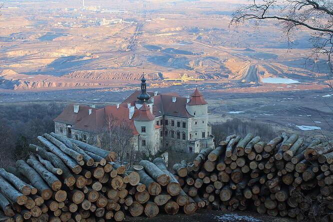 Ikonický pohled na měsíční krajinu uhelného velkolomu ČSA přes zámek Jezeří teď doplňují vyskládané klády z pokácených stromů. (Greenpeace)